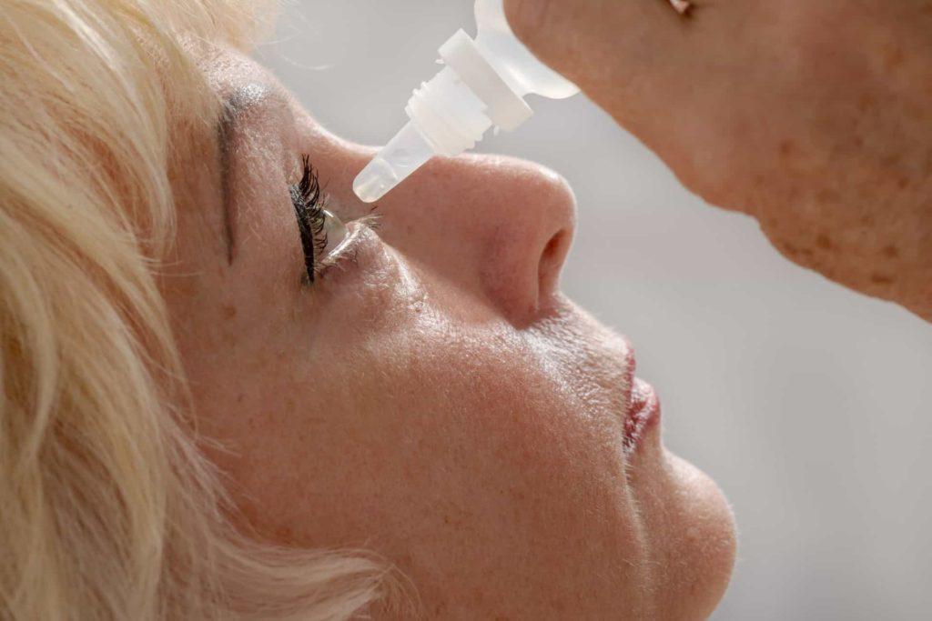 mulher pingando colírio porque tem glaucoma