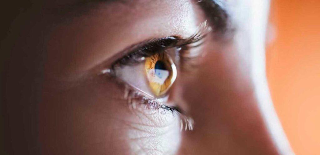olho de uma pessoa com ceratocone