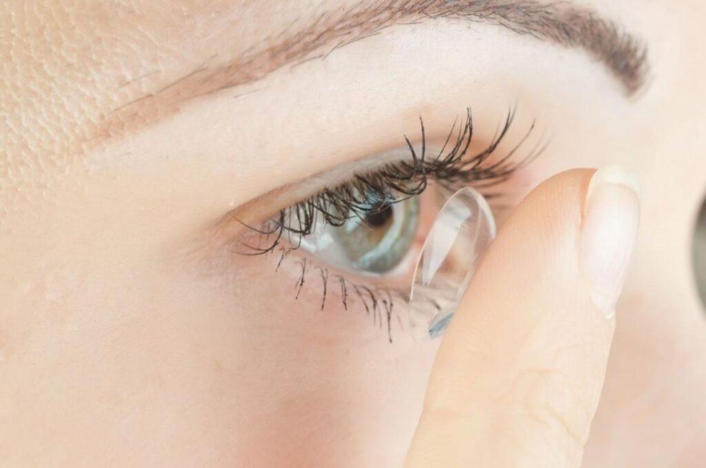 Como se maquiar tendo presbiopia: lentes de contato
